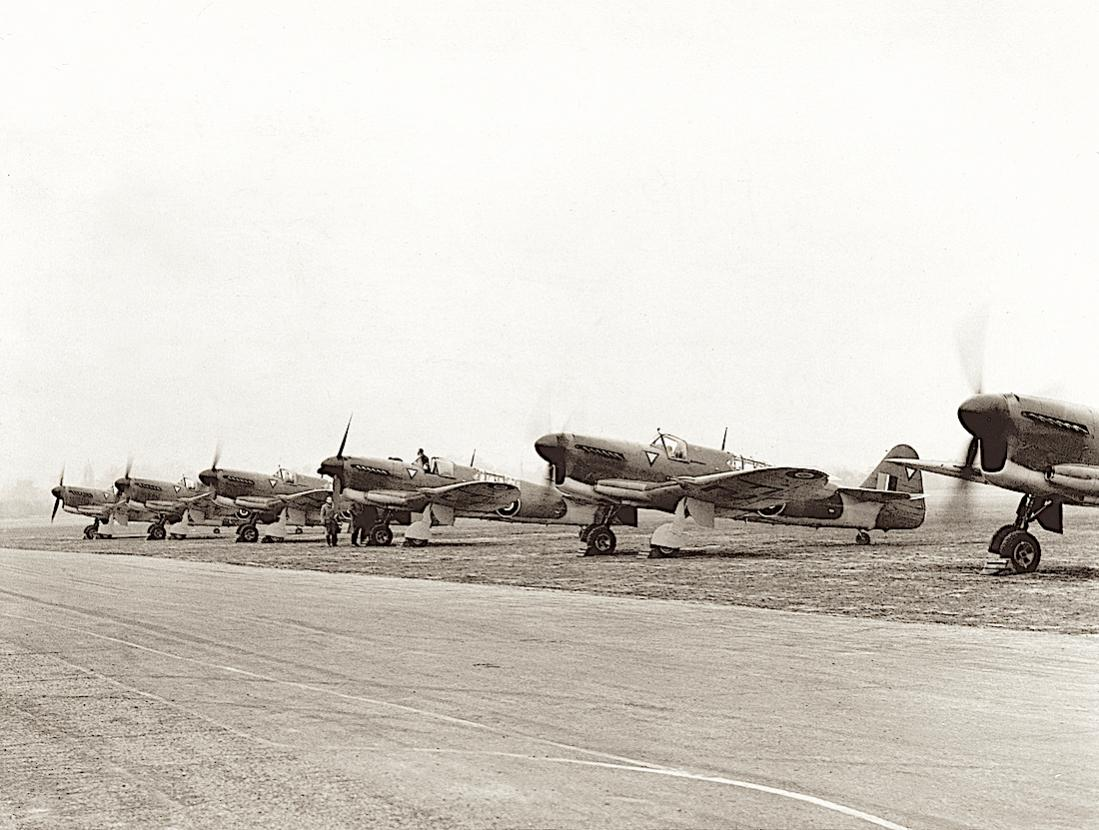 Naam: #321. Fairey Firefly Mk 1 line up for Dutch Navy at Heston, 1946. (Press Photo).jpg Bekeken: 284 Grootte: 120,1 KB