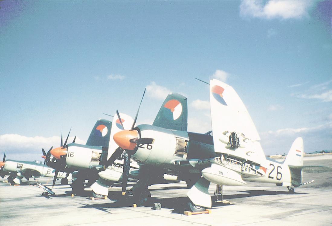 Naam: #322. Seafury's. Voorste is een FB.Mk.51, daarna twee FB.Mk.60's, tussen twee en drie ook nog de.jpg Bekeken: 245 Grootte: 75,2 KB