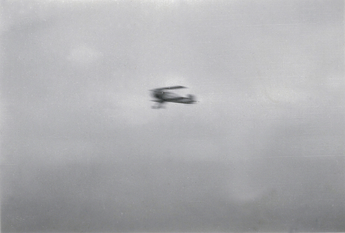 Naam: Foto 21. Tekst bij foto %22Demonstratievlucht van den beroemden stuntvlieger Ernst Udet in zijn.jpeg Bekeken: 201 Grootte: 165,5 KB