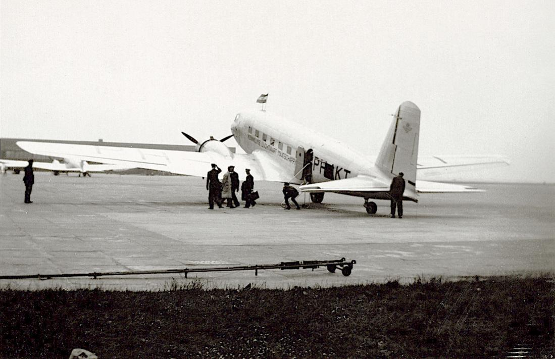 Naam: Foto 31. Tekst bij de foto. Uitstappen der passagiers uit de Toekan bij aankomst op Schiphol.jpg Bekeken: 208 Grootte: 101,9 KB