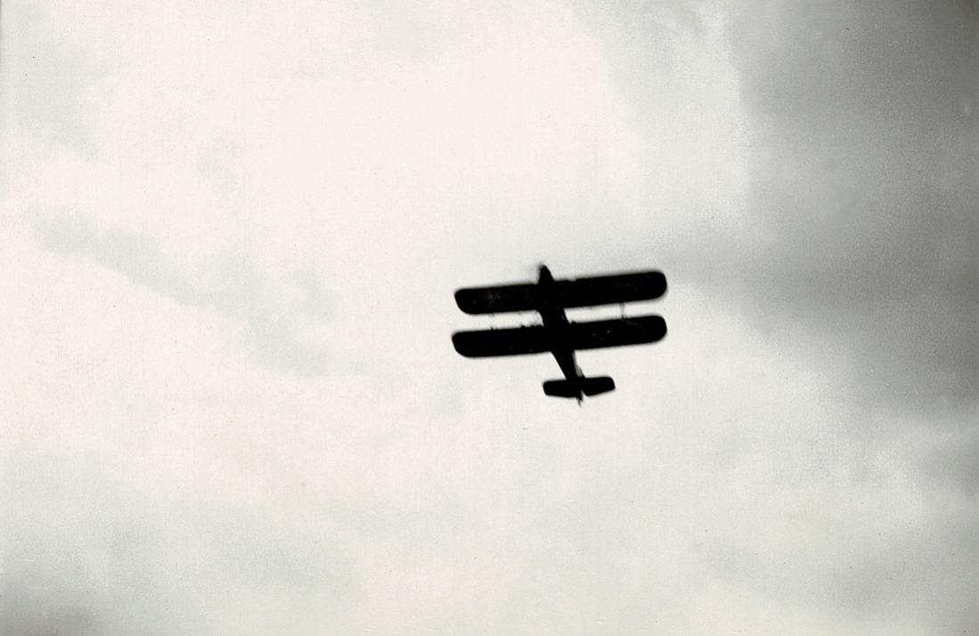 Naam: Foto 32. Tekst bij de foto. Lesvliegtuig der N.L.S. op Schiphol.jpg Bekeken: 206 Grootte: 59,7 KB