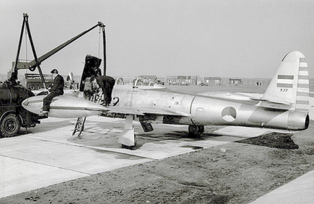 Naam: Foto 163. K-77. Tekst op achterzijde foto. Republic F-84E Thunderjet of R.Neth.A.F. being refuel.jpg Bekeken: 258 Grootte: 119,8 KB