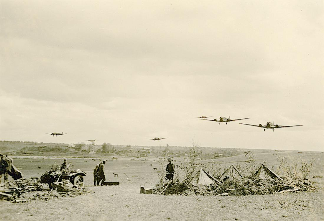 Naam: Foto 516. Aantal Junkers Ju 52's overvliegen een Wehrmacht positie. 1100 breed.jpg Bekeken: 271 Grootte: 89,6 KB