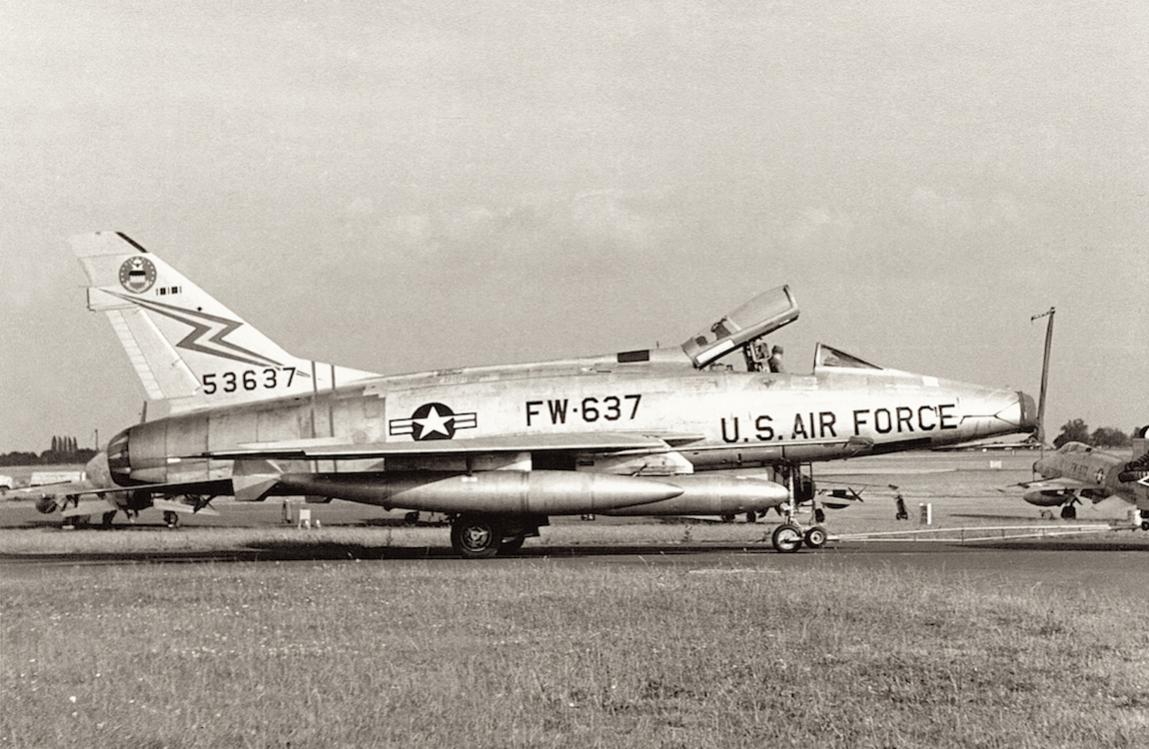 Naam: Foto 1. 20th TFW North American F-100D Super Sabre 55-3637, Wethersfield.jpg Bekeken: 4056 Grootte: 125,8 KB
