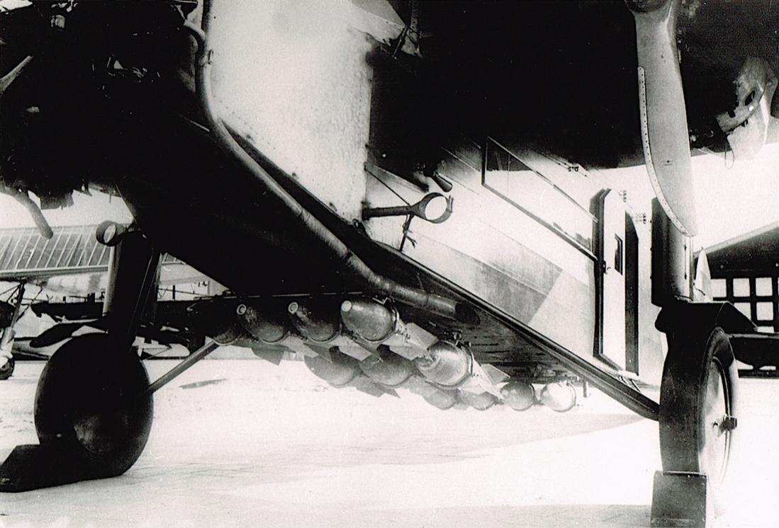Naam: Foto 99. '803'. Fokker F.VIIa:3m bommenlading, kopie 1100.jpg Bekeken: 520 Grootte: 103,3 KB