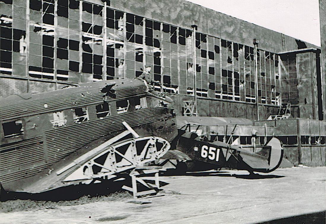 Naam: Foto 103. '651' Fokker C.Vd plus Ju 52, Schiphol.jpg Bekeken: 183 Grootte: 174,9 KB