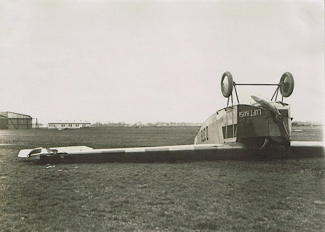 Naam: Foto 402. D-378 op zijn kop (zie ook foto 352 nog van Aero Lloyd), kopie 1100.jpg Bekeken: 212 Grootte: 103,2 KB