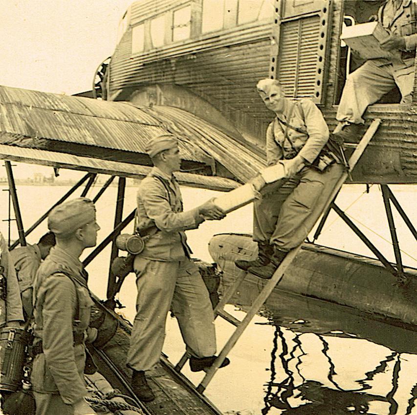 Naam: Foto 482. Junkers Ju-52:3m See wordt ontladen, ergens in Zuid-Europa of Noord-Afrika, kopie.jpg Bekeken: 489 Grootte: 152,8 KB