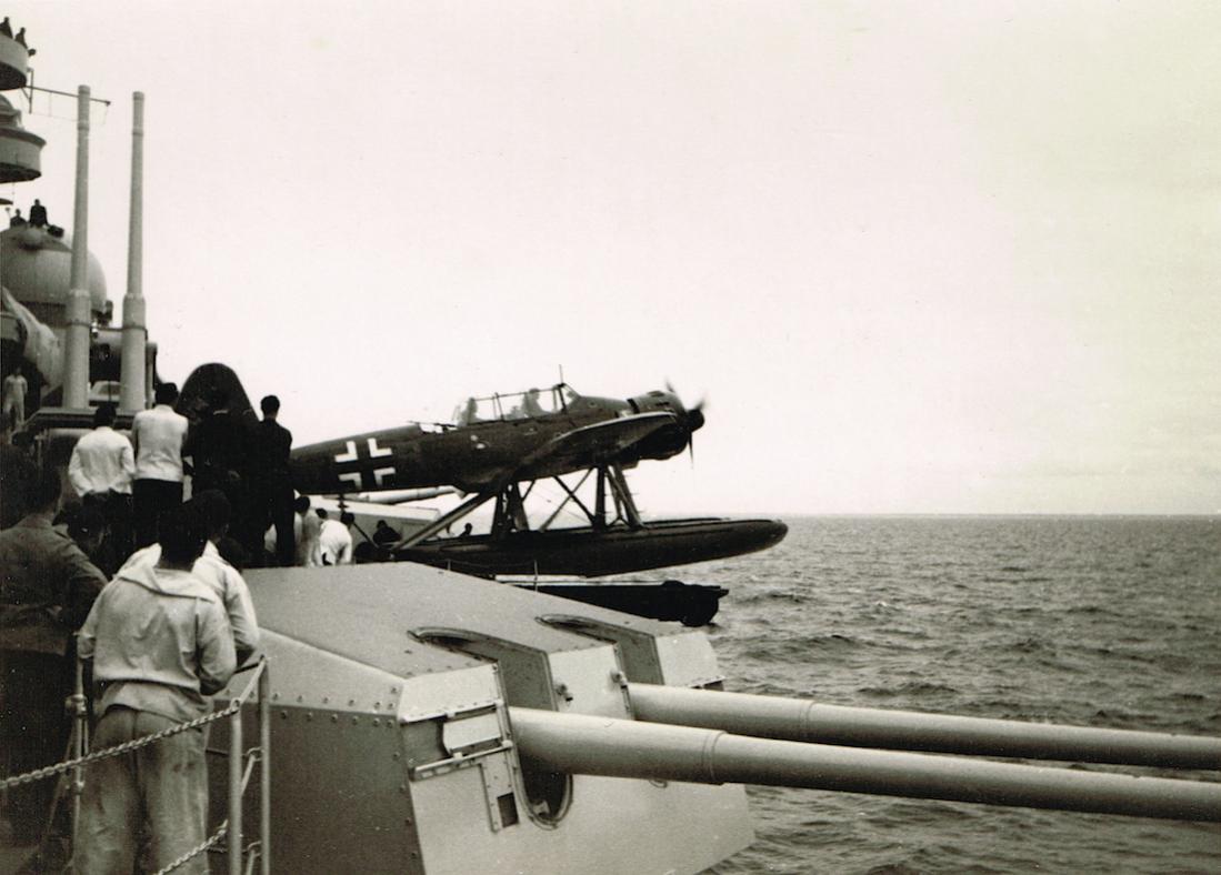 Naam: Foto 487. Arado Ar 196 wordt onder grote belangstelling gecatapulteerd, kopie 1100.jpg Bekeken: 235 Grootte: 85,7 KB