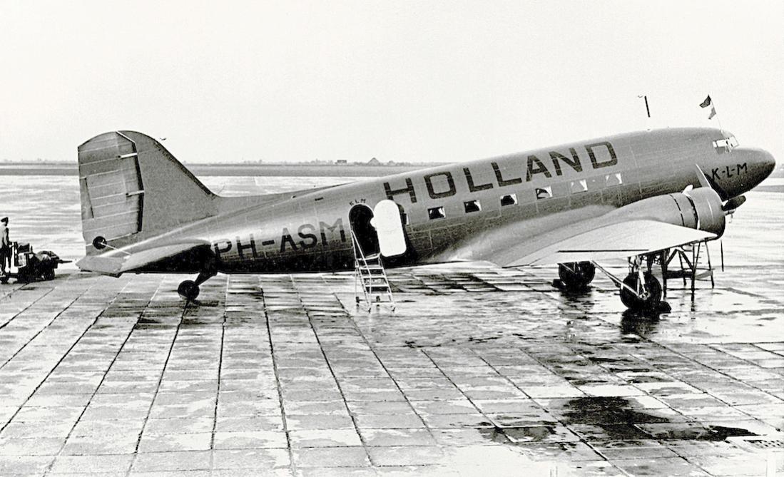 Naam: Foto 206. PH-ASM %22Mees%22. Douglas DC-3 met Holland beschildering. 1100 breed.jpg Bekeken: 183 Grootte: 119,6 KB