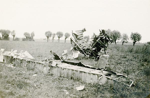 Naam: Foto 121. 1940-06:17-18. N 1463 (L-GE). Tekststrook: Gedeelte van de rompligger met staartstuk. .jpg Bekeken: 417 Grootte: 373,0 KB