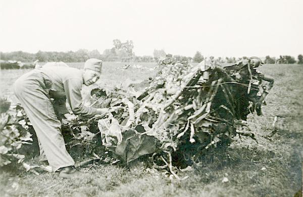 Naam: Foto 122. 1940-06:17-18. N 1463 (L-GE). Tekststrook: Linker motor, geheel weggesmolten. 600 bree.jpg Bekeken: 388 Grootte: 386,5 KB