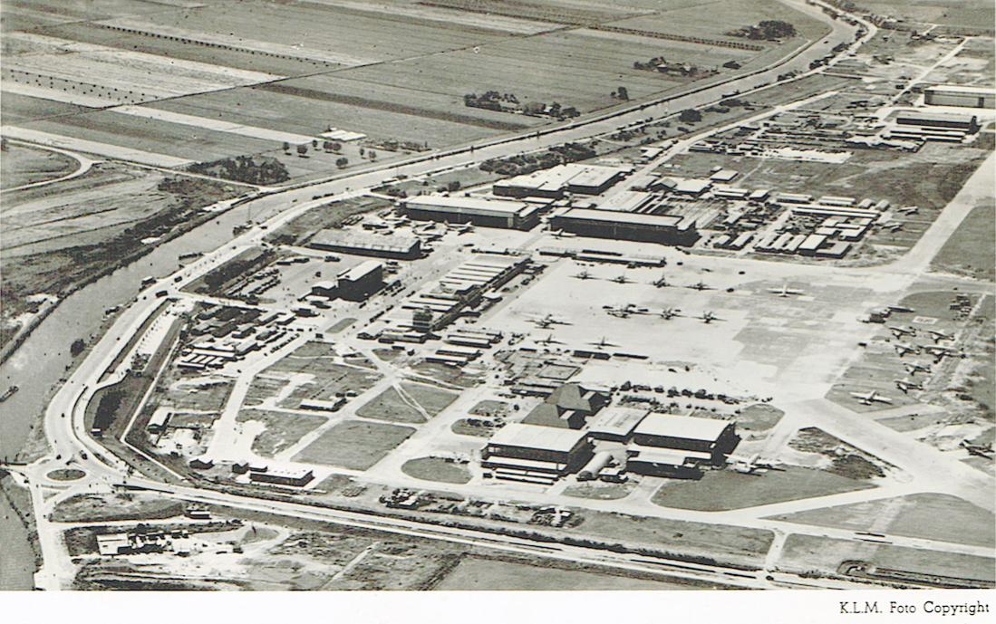 Naam: Kaart 771. Gestempeld 1951. Luchtfoto Schiphol. 1100 breed.jpg Bekeken: 318 Grootte: 165,6 KB