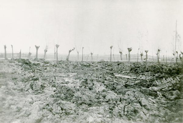 Naam: Foto 133. vz, op az. Nacht van 1 op 2 Juni 1942, Ontplofte vliegerbomkrater (Zie logboek). 600 b.jpg Bekeken: 197 Grootte: 364,5 KB