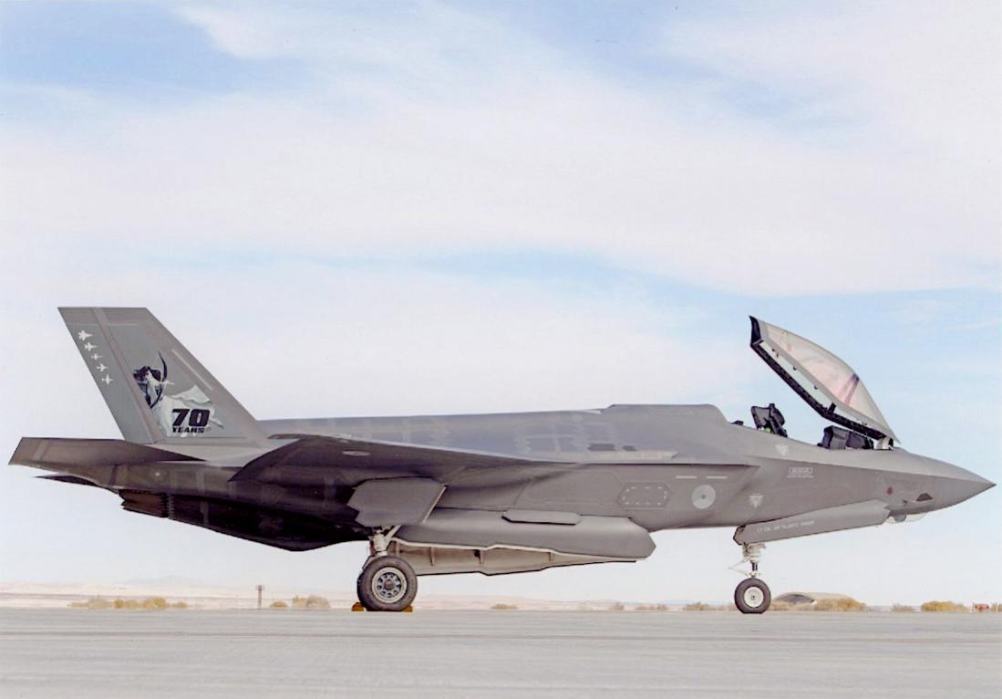 Naam: Foto 236. F-35A. 70-jarig jubileum 323 squadron. 323 TES (Test and Evaluation Squadron( is momen.jpg Bekeken: 117 Grootte: 53,8 KB