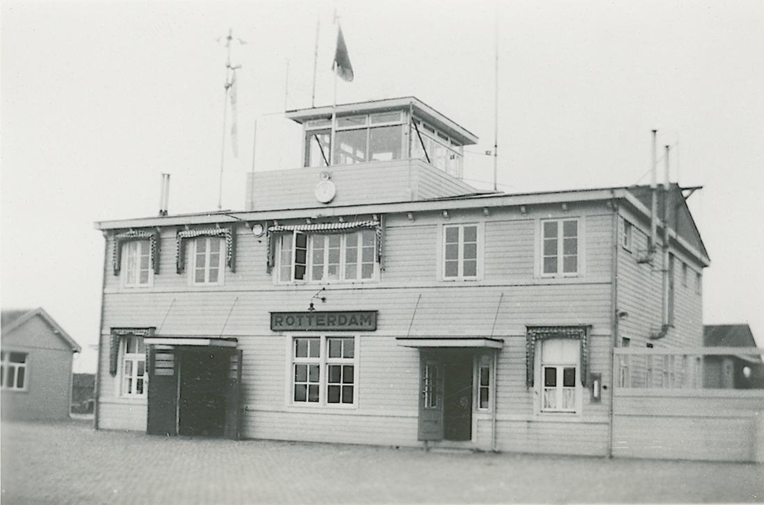 Naam: Foto 49. Tekst bij de foto. Station Vliegveld Waalhaven. 1100 breed.jpg Bekeken: 236 Grootte: 77,7 KB