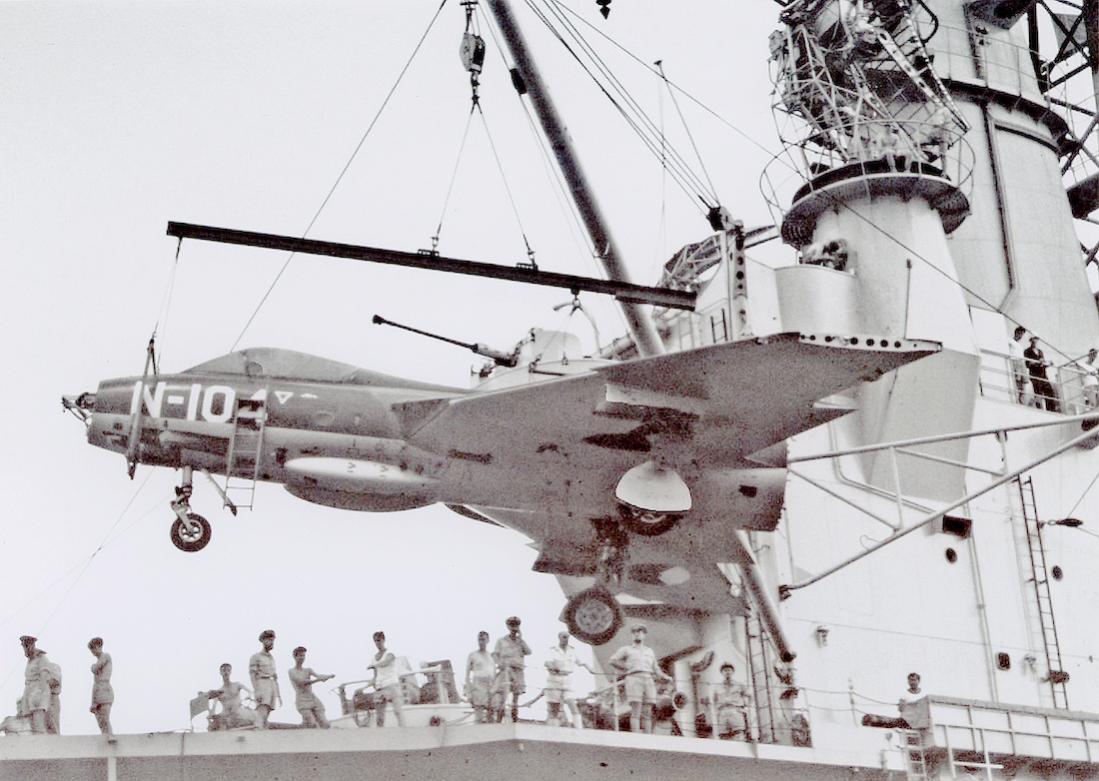 Naam: Foto 180. 'N-104'. Hawker Hunter op weg naar NNG. 1100 breed.jpg Bekeken: 350 Grootte: 110,9 KB