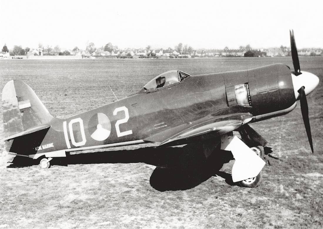 Naam: #335. '10-2' (= J-2). Hawker Seafury F.Mk.50. 1100 breed.jpg Bekeken: 134 Grootte: 112,9 KB