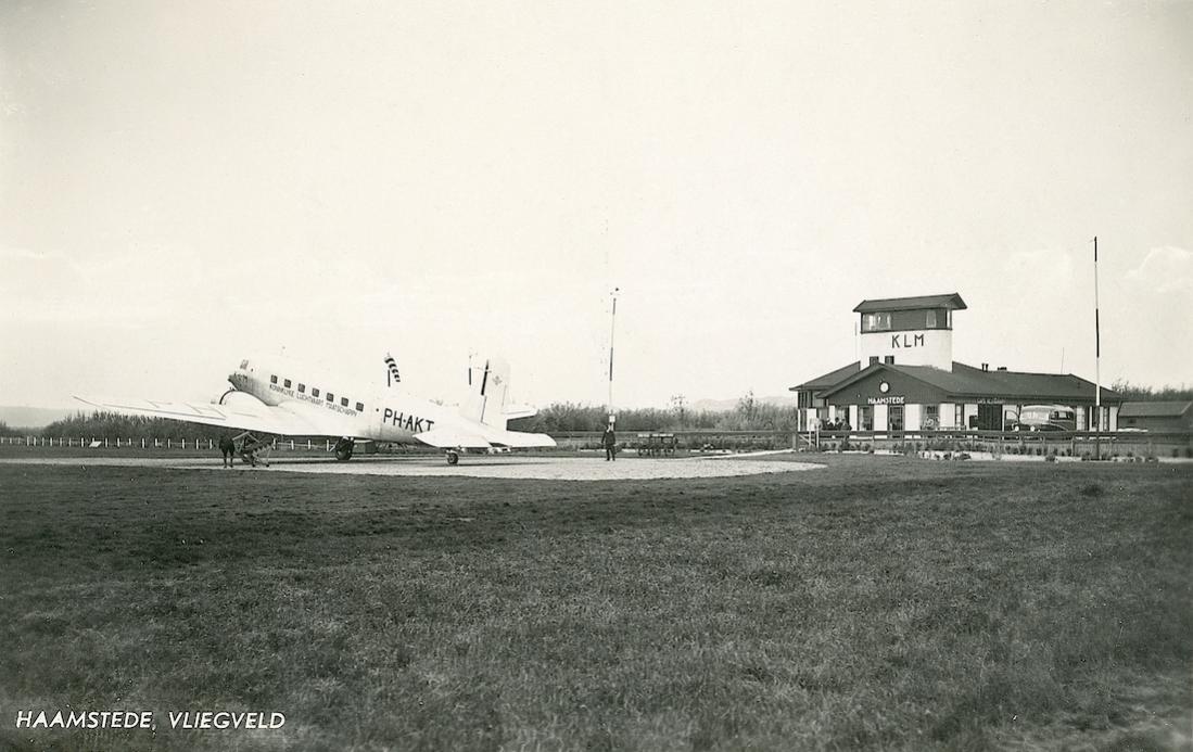 Naam: Kaart 736. Douglas DC-2 PH-AKT 'Toekan' op Haamstede.jpg Bekeken: 176 Grootte: 94,7 KB