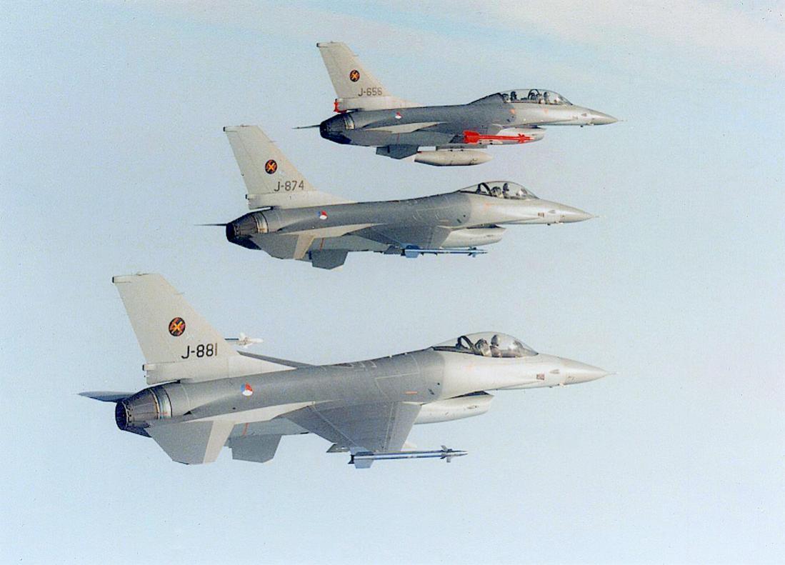 Naam: Foto 204. Formatie F-16A en -B. 'J-881', 'J-874' en 'J-656'. 1100 breed.jpg Bekeken: 227 Grootte: 80,2 KB