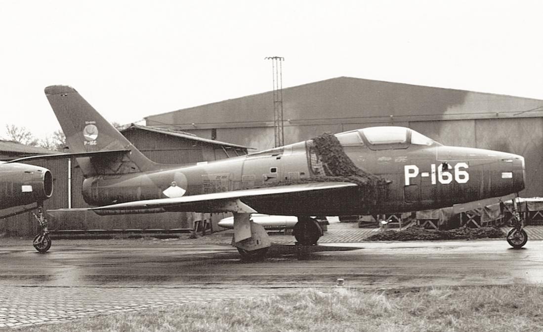 Naam: Foto 205. 'P-166'. Republic F-84F Thunderstreak. 1100 breed.jpg Bekeken: 192 Grootte: 96,2 KB