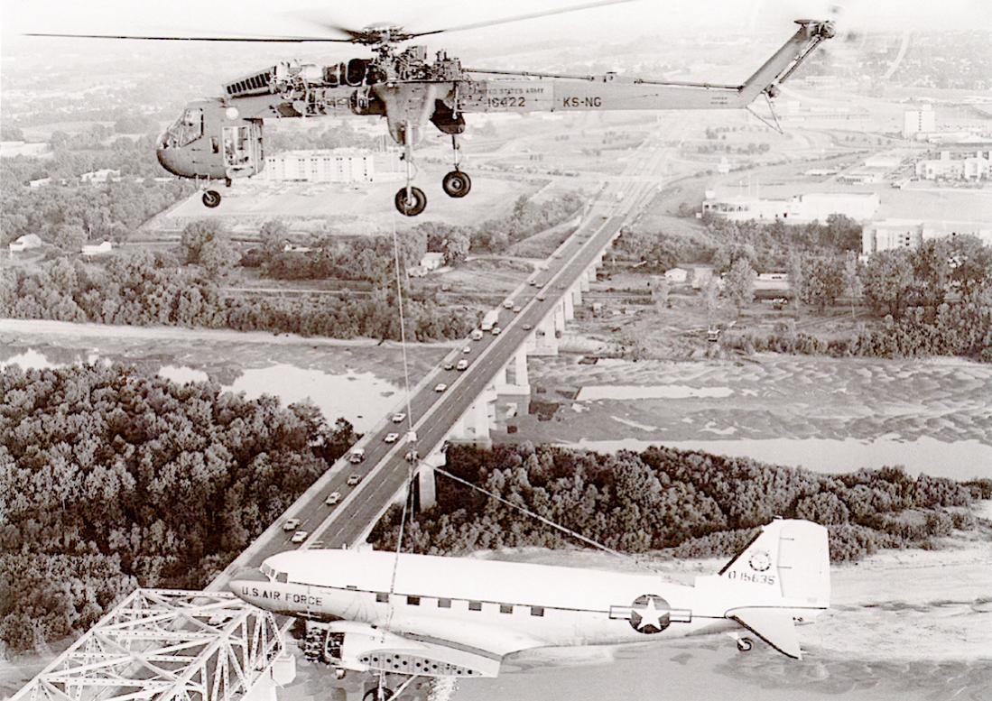 Naam: Foto 755. Sikorsky CH-54 Tarhe geeft C-47 een lift. 1100 breed.jpg Bekeken: 120 Grootte: 170,6 KB
