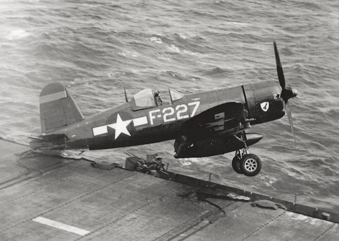 Naam: Foto 633. Oeps! Vought F4U Corsair gaat overboord.jpg Bekeken: 173 Grootte: 103,5 KB