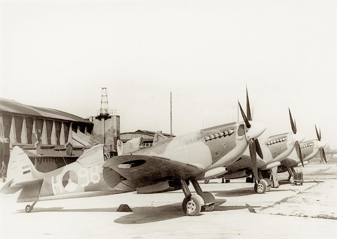 Naam: Foto 255. 'H-97 t:m H-99'. Spitfire trainers. 1100 breed.jpg Bekeken: 70 Grootte: 79,9 KB