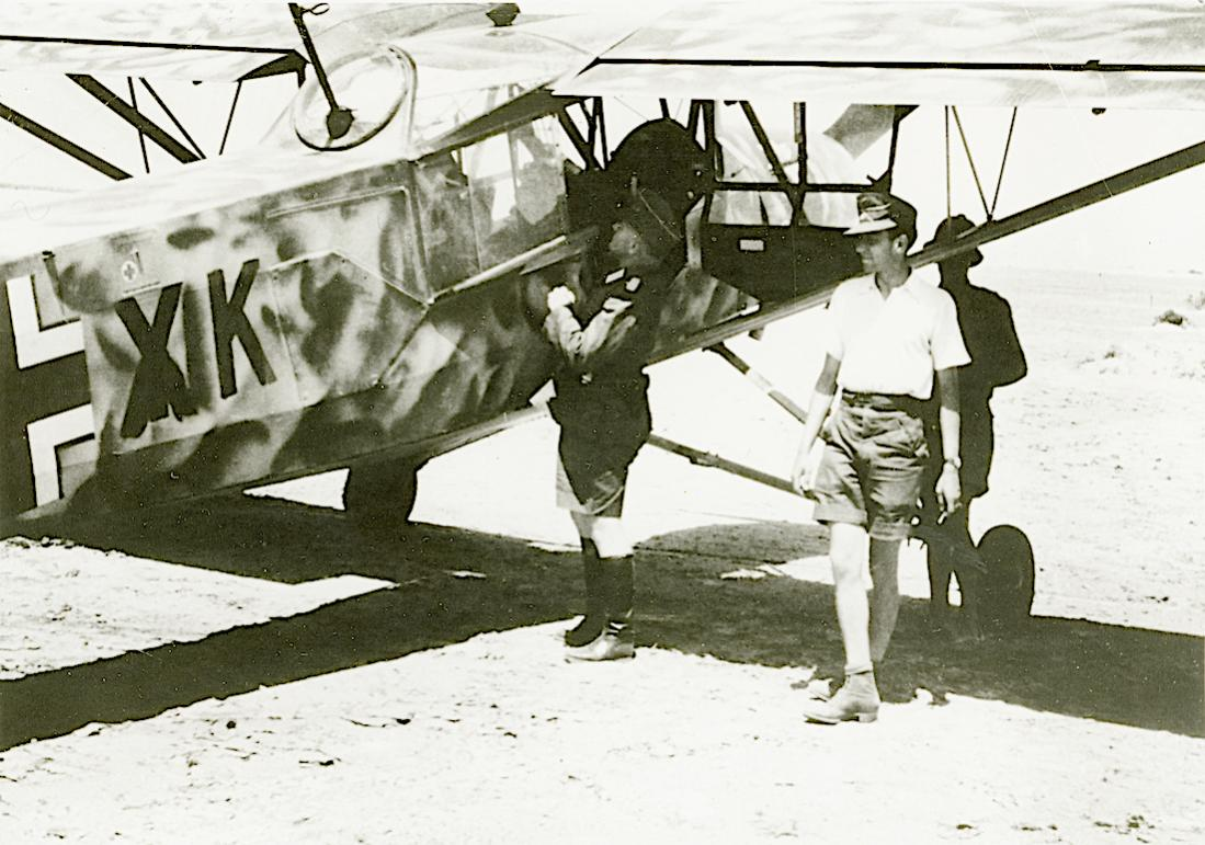 Naam: Foto 532. Storch in Afrika, uitgerust met mitrailleur. 1100 breed.jpg Bekeken: 163 Grootte: 123,1 KB