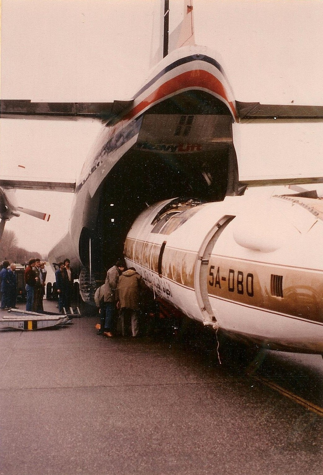 Naam: Ypenburg Short Belfaster, F-413 5A-DBO wordt uit geladen.jpg Bekeken: 92 Grootte: 483,4 KB
