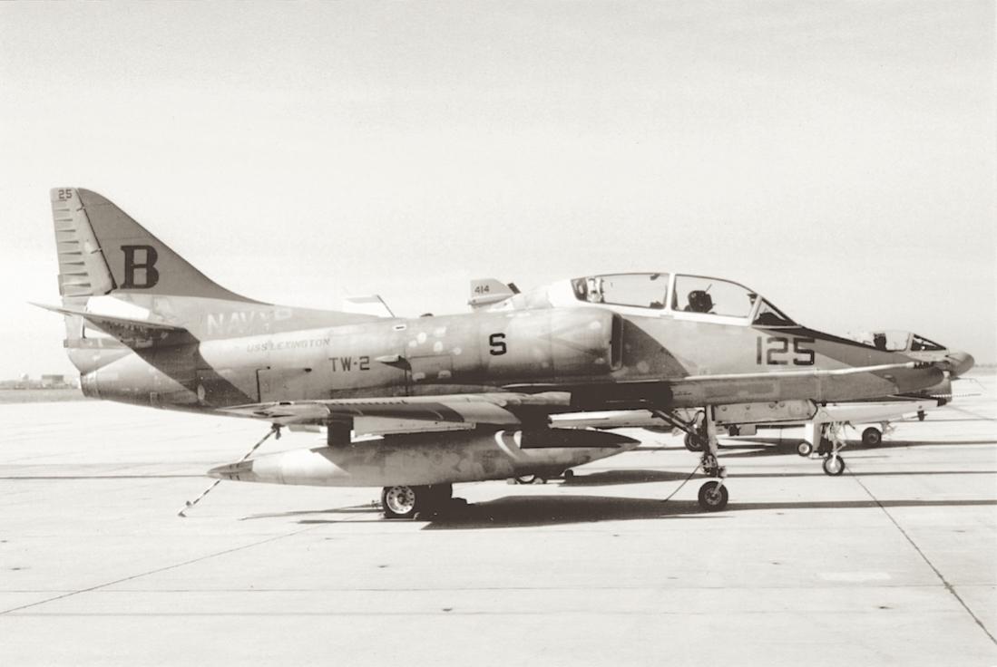 Naam: Foto 820. 'B-125'. McDonnell Douglas TA-4J Skyhawk van TW-2 (Training Air Wing Two or TRAWING 2).jpg Bekeken: 93 Grootte: 63,1 KB