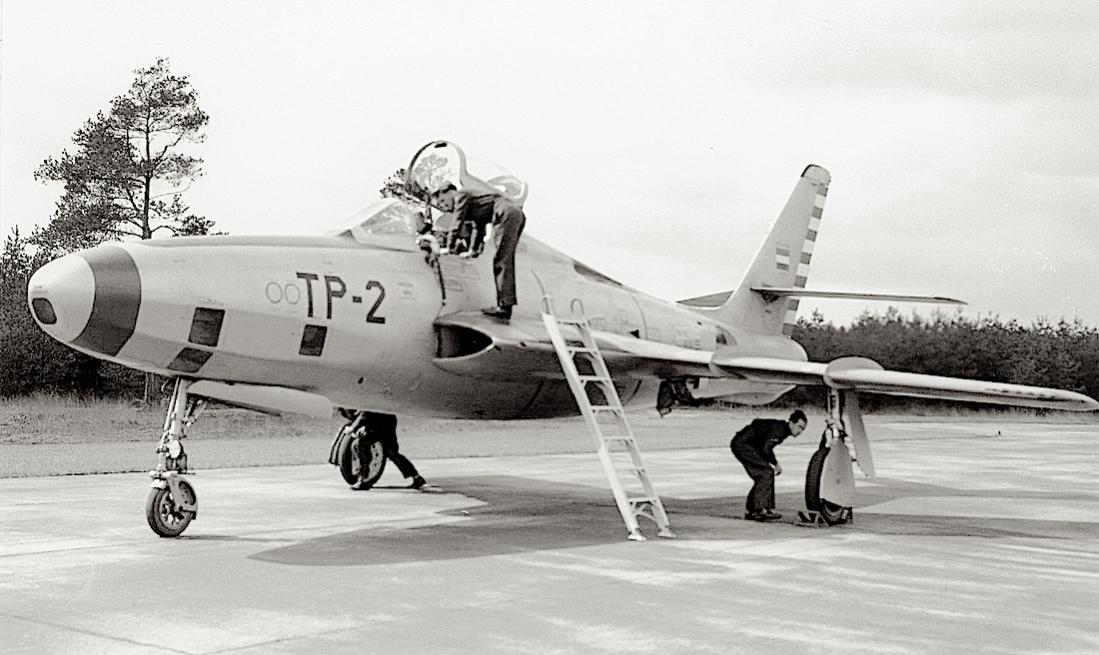 Naam: Foto 244. 'TP-2'. Republic RF-84F Thunderflash. 1100 breed.jpg Bekeken: 46 Grootte: 94,6 KB