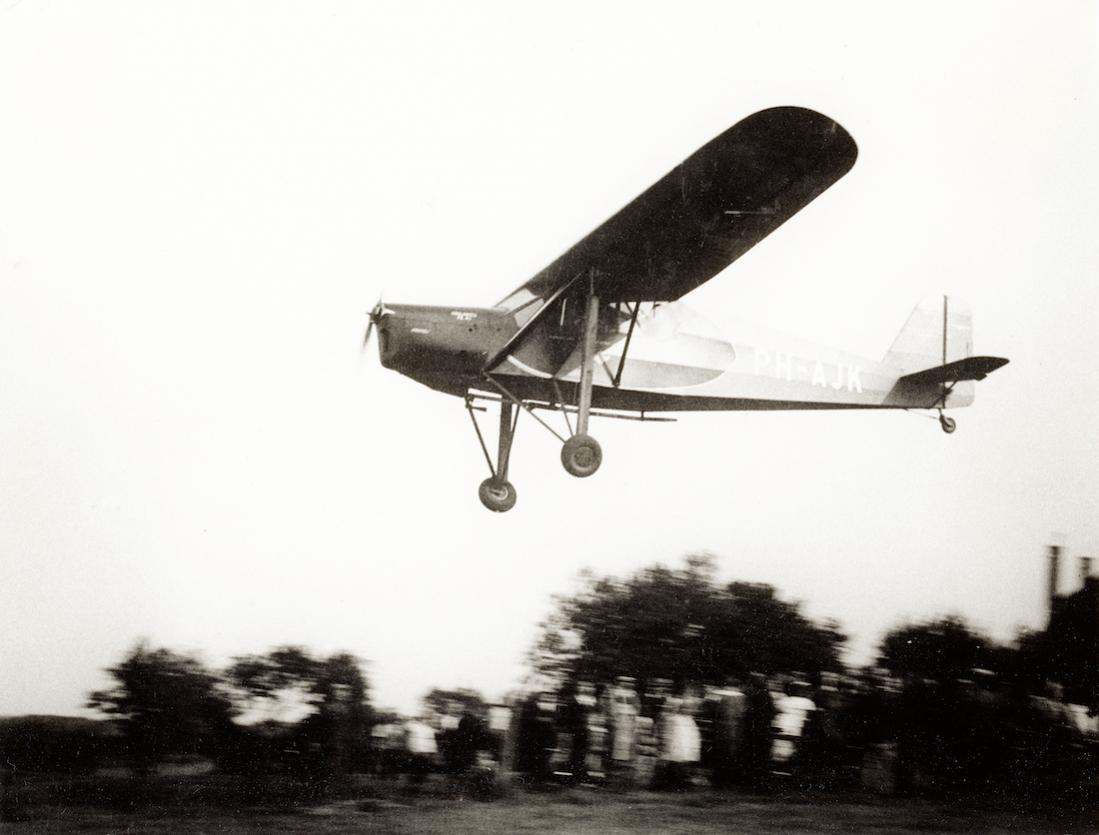 Naam: Foto 230. PH-AJK 'Krekel'. Koolhoven F.K.43 van de KLM. 10.06.1939 ongeval Vlissingen, 14.06.193.jpg Bekeken: 351 Grootte: 68,3 KB