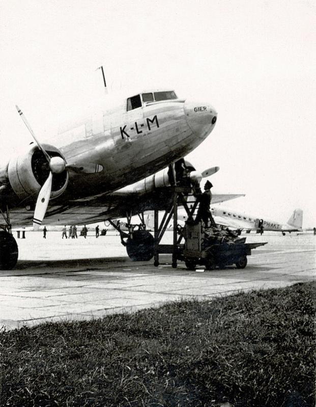 Naam: Foto 3. DC-3 PH-ARG 'Gier', Schiphol.jpg Bekeken: 1400 Grootte: 81,2 KB