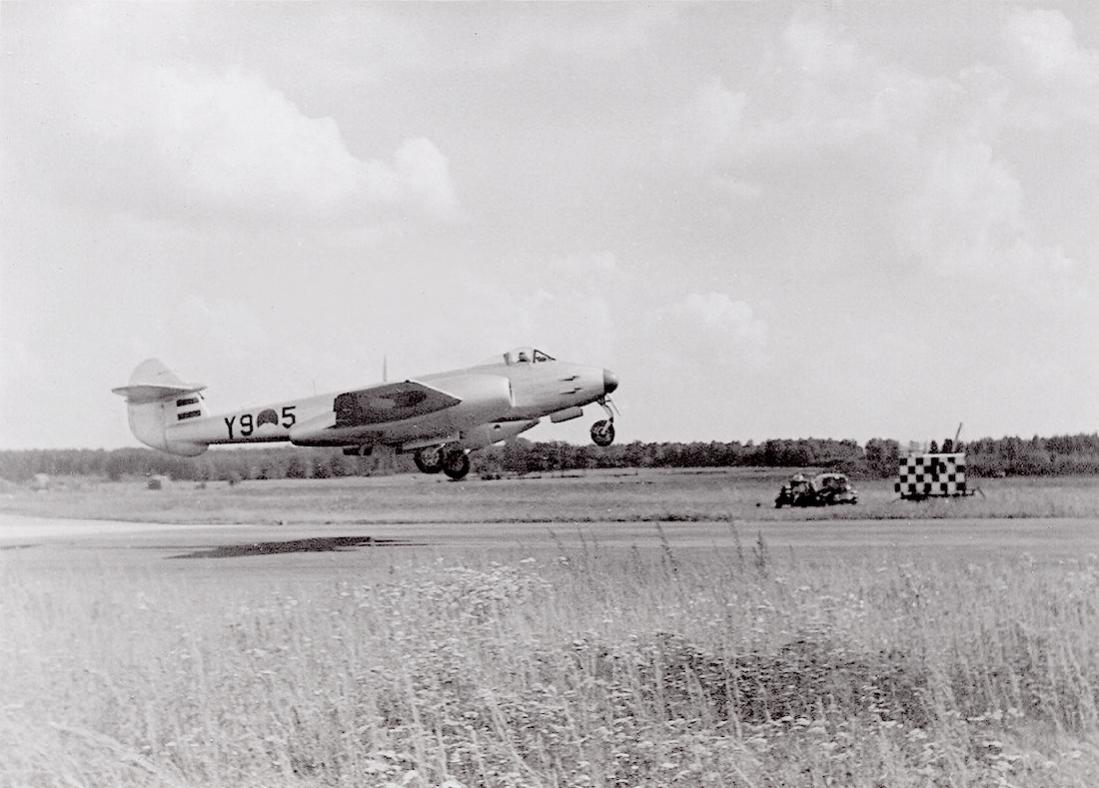Naam: Foto 193. 'Y9-5'. Gloster Meteor Mk.4. 1100 breed.jpg Bekeken: 73 Grootte: 97,3 KB