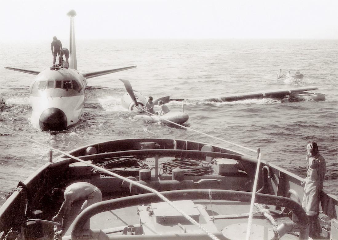 Naam: #320. 15.08.1973. Breguet Atlantic '257' 1,5 km west van Wassenaar in zee geraakt, wordt klaar g.jpg Bekeken: 52 Grootte: 120,8 KB