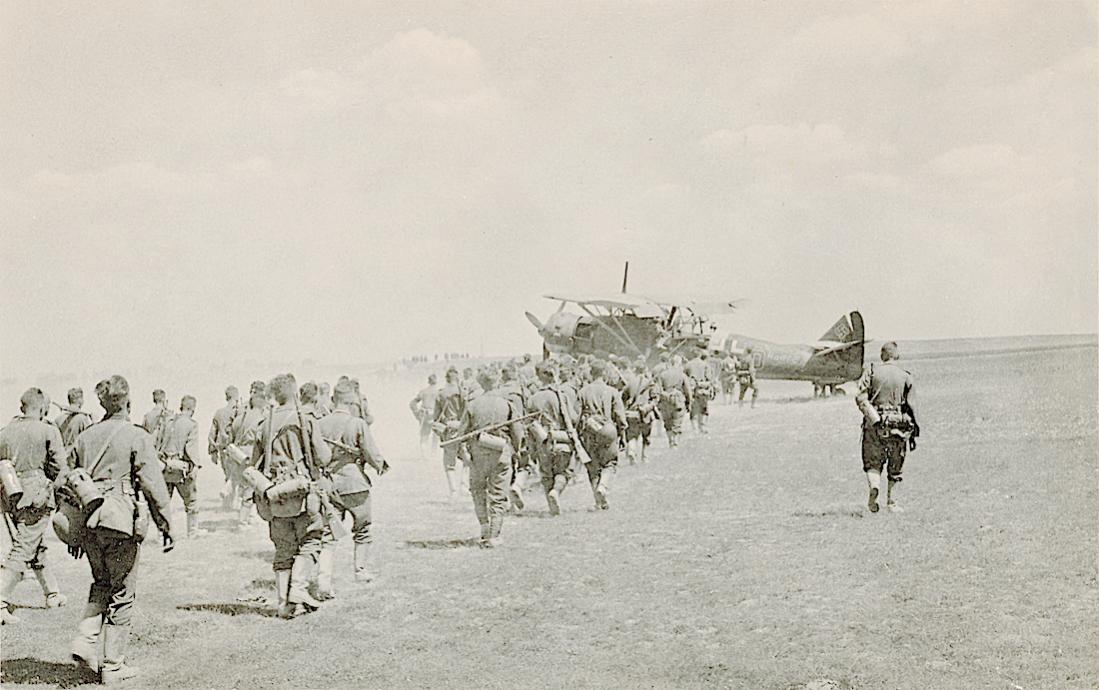Naam: Foto 561. Henschel Hs 126 en infanterie. 1100 breed.jpg Bekeken: 128 Grootte: 99,2 KB