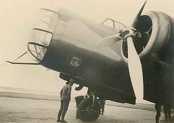Naam: Foto 69. Txt bij foto - Pitotbuis, voorste geschutstoren, cockpit en linker motor (T5). 600 bree.jpg Bekeken: 48 Grootte: 390,6 KB