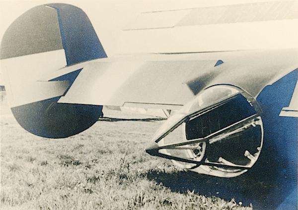 Naam: Foto 65. Fokker T.V. Txt bij de foto, 360 Graden draaibare staarttoren met opening voor mitraill.jpg Bekeken: 143 Grootte: 399,6 KB