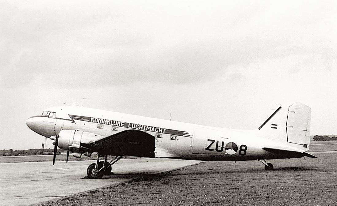 Naam: Foto 160. 'ZU-8' (later 'X-8'). Douglas C-47B Dakota.jpg Bekeken: 368 Grootte: 92,4 KB