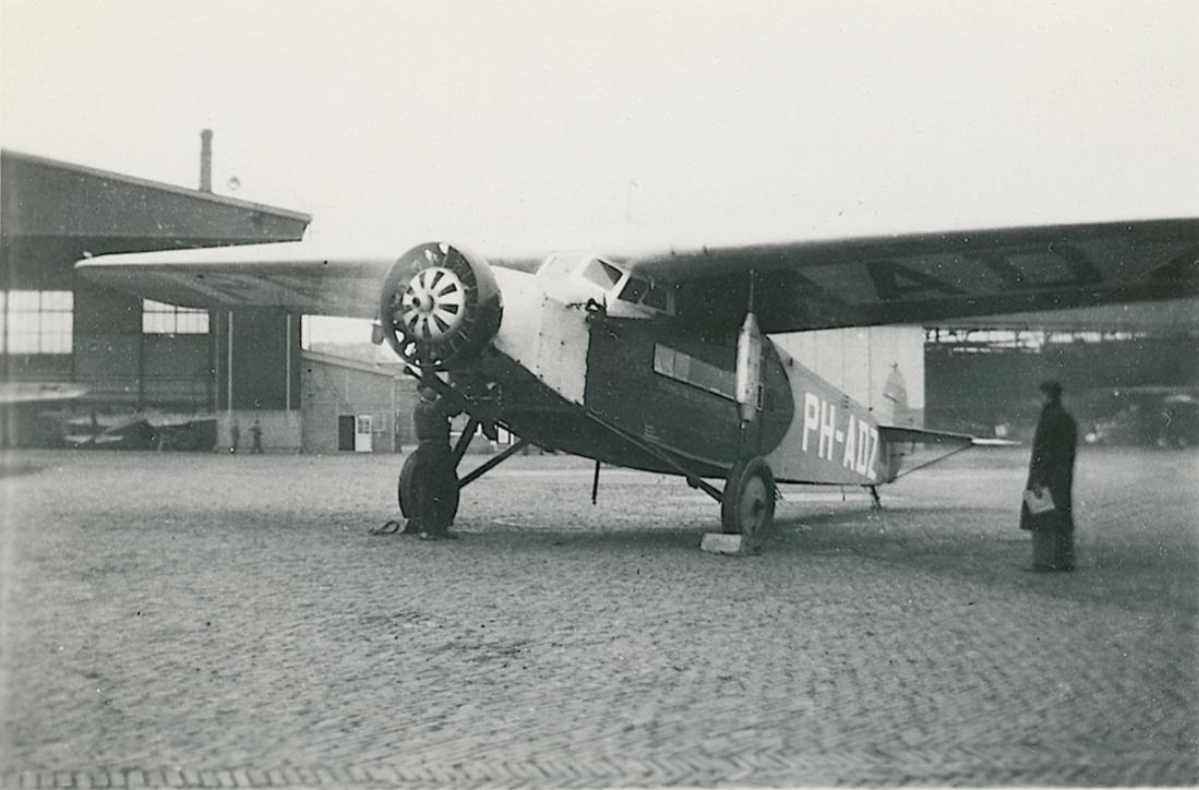 Naam: Foto 48. Foutieve tekst bij foto. K.L.M. Fokker-vliegtuig 'Zwaluw' op Waalhaven Rotterdam. 1100 .jpg Bekeken: 117 Grootte: 88,5 KB