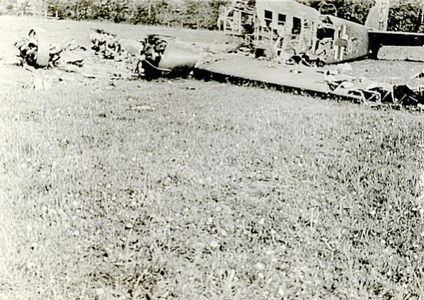 Naam: Foto 85. Door pantserwagen kapotgeschoten Junkers 52. (Voorzijde). 10 Mei '40. 600 breed.jpg Bekeken: 261 Grootte: 72,6 KB