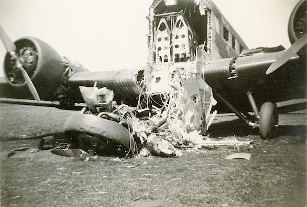 Naam: Foto 88. Door pantserwagen kapotgeschoten J.U. 52 transportvliegtuig. Omtrek Ypenburg. 600 breed.jpg Bekeken: 219 Grootte: 382,7 KB