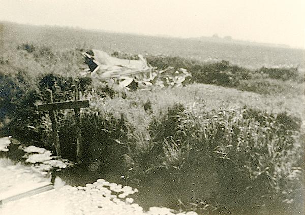 Naam: Foto 97. Txt bij foto. Op de linkse foto de romp. Boven de vleugels, een weiland verder. 600 bre.jpg Bekeken: 170 Grootte: 480,1 KB