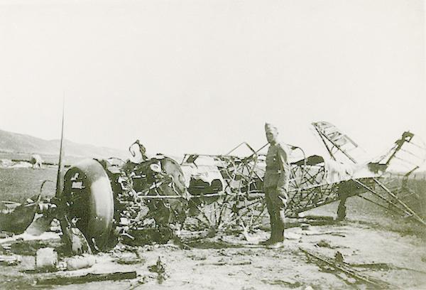 Naam: Foto 102. Txt bij foto. Door eigen strijdmacht in brand geschoten D21 jager. Vliegveld Texel. 60.jpg Bekeken: 409 Grootte: 370,3 KB