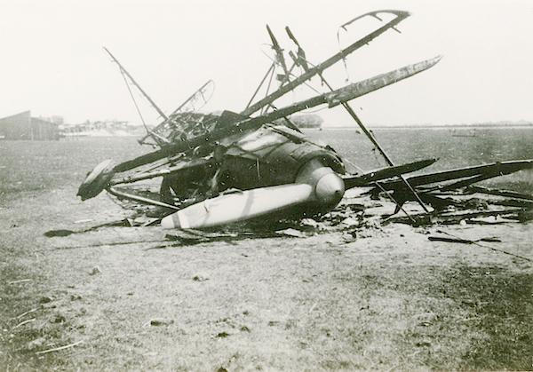 Naam: Foto 104. Door eigen strijdmacht in brand gestoken C 10 jager verkenner. Texel. 600 breed.jpg Bekeken: 377 Grootte: 396,3 KB