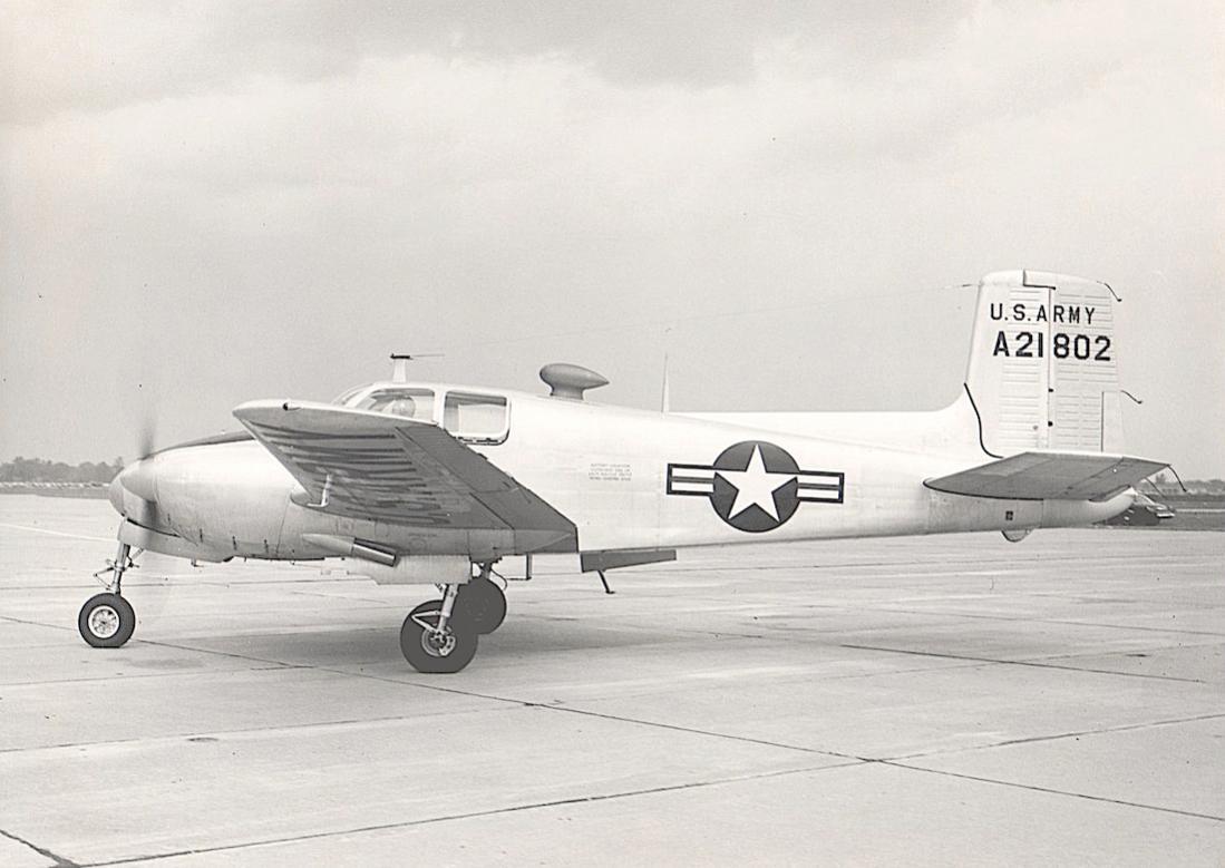 Naam: Foto 677. Beechcraft YL-23 (A 21802). 1100 breed.jpg Bekeken: 311 Grootte: 81,2 KB