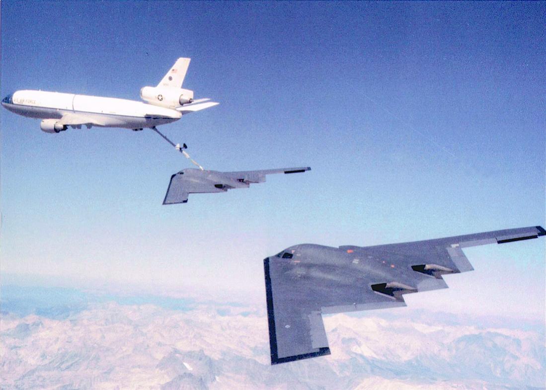 Naam: Foto 679. McDonnell Douglas KC-10 Extender + Northrop Grumman B-2 Spirit. 1100 breed.jpg Bekeken: 279 Grootte: 98,6 KB