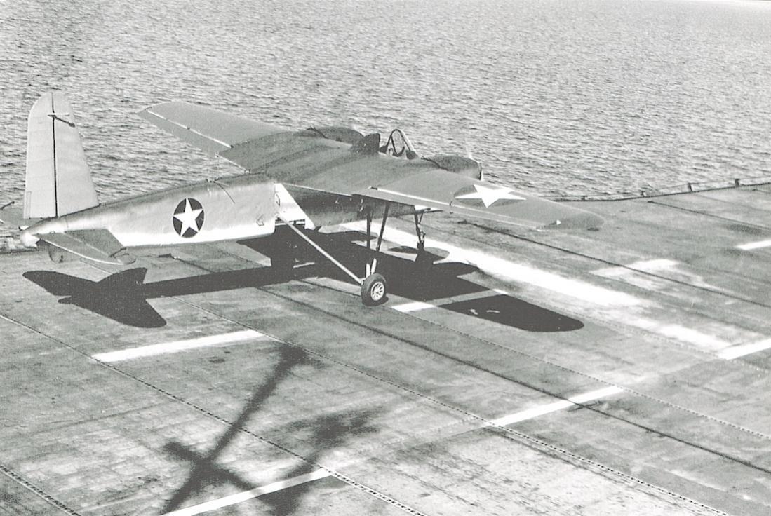 Naam: Foto 680. Naval Aircraft Factory TDN-1 drone op vliegdek USS Sable, 1943. 1100 breed.jpg Bekeken: 254 Grootte: 137,2 KB