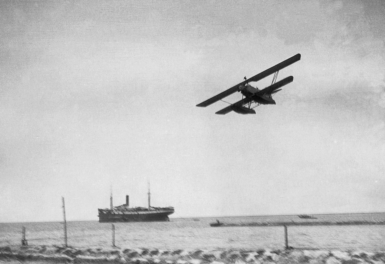 Naam: 8 Fokker C VIIW  Start met schip (1280x879).jpg Bekeken: 568 Grootte: 319,9 KB